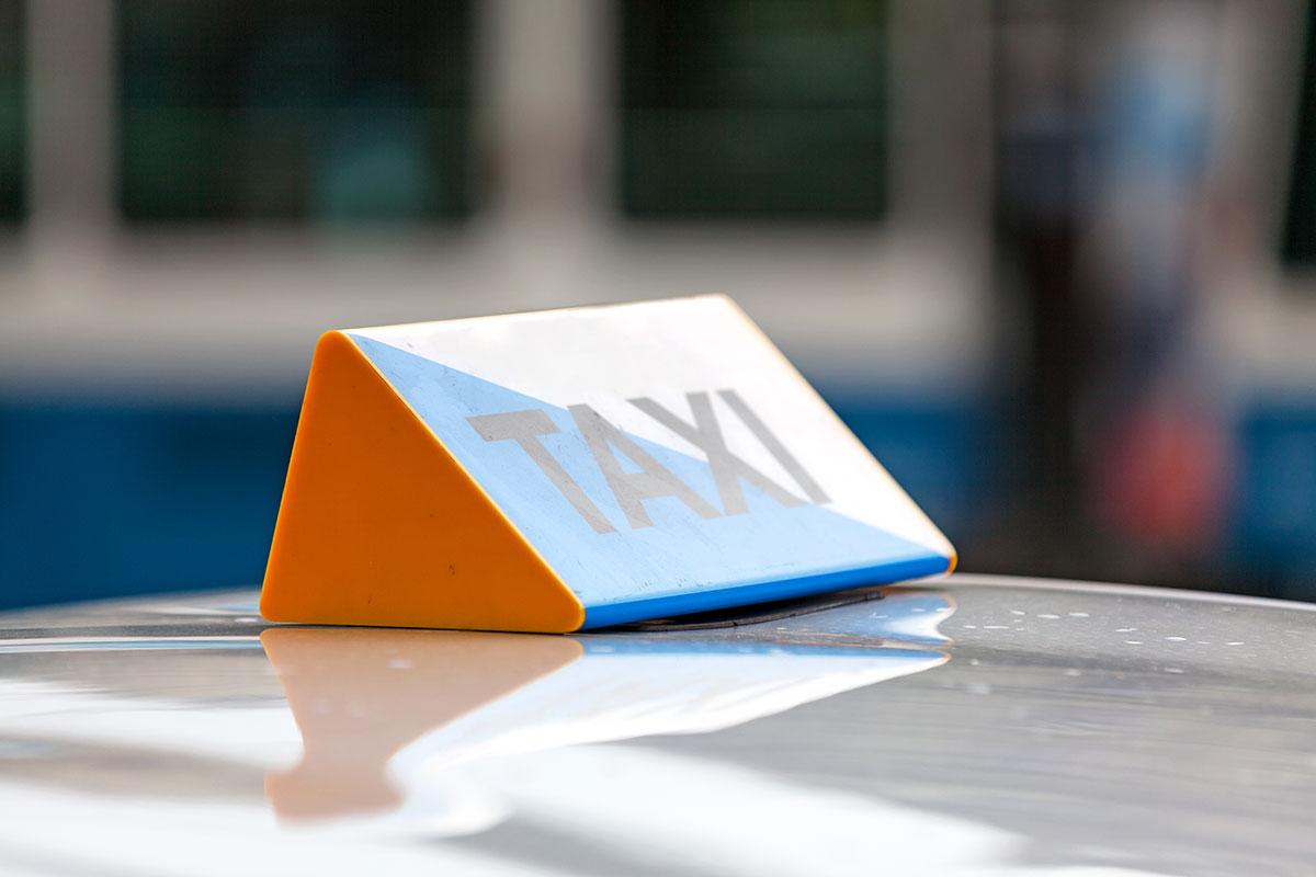 Das Bundesverwaltungsgericht hat entschieden, dass eine Taxizentrale aus Zürich alle ihre Angestellten bei der SVA versichern muss, weil die Fahrer als unselbstständig Erwerbstätige eingestuft wurden.